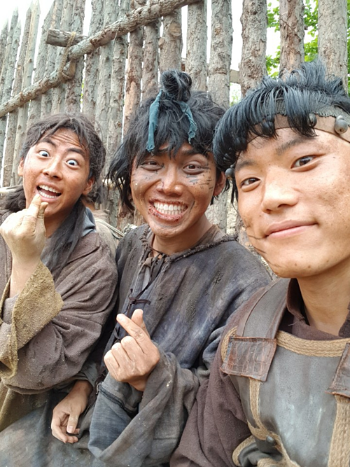 Lê Anh Tôn cùng các bạn diễn trên phim trường.