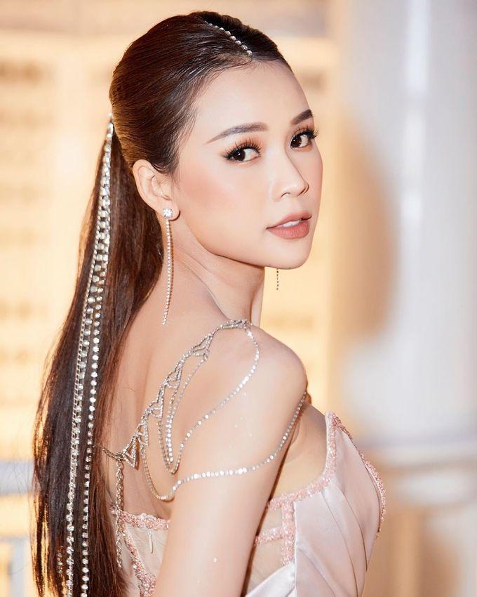 <p> Không uốn nhẹ phần đuôi tóc như Ngọc Trinh, Sam ghi điểm với mái tóc đuôi ngựa duỗi thẳng. Nữ MC còn chọn thêm phụ kiện dây cài tóc lấp lánh để tạo điểm nhấn.</p>