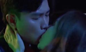 Môi Quốc Trường dính đầy son sau 10 lần hôn Quỳnh Nga trong 'Về nhà đi con'