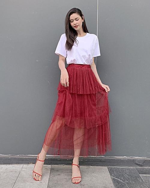 Trương Quỳnh Anh diện chân váy tulle điệu đà, kết hợp sandals rất tông xuyệt tông.