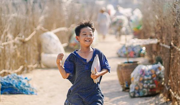Nguyễn Minh Chiến trong vai cậu bé nhà nghèo, có giọng hát thiên phú.