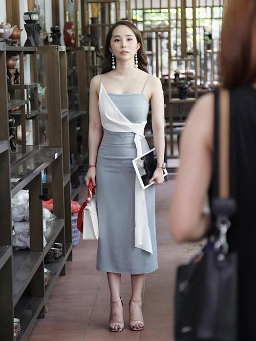 Bộ đầm hai dây đắp vạt chéo dù vừa được lên sóng nhưng cũng đã được các shop online nhanh chóng nắm thời cơ để PR.