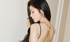 Idol Hàn khoe lưng trần gợi cảm với váy xẻ sâu