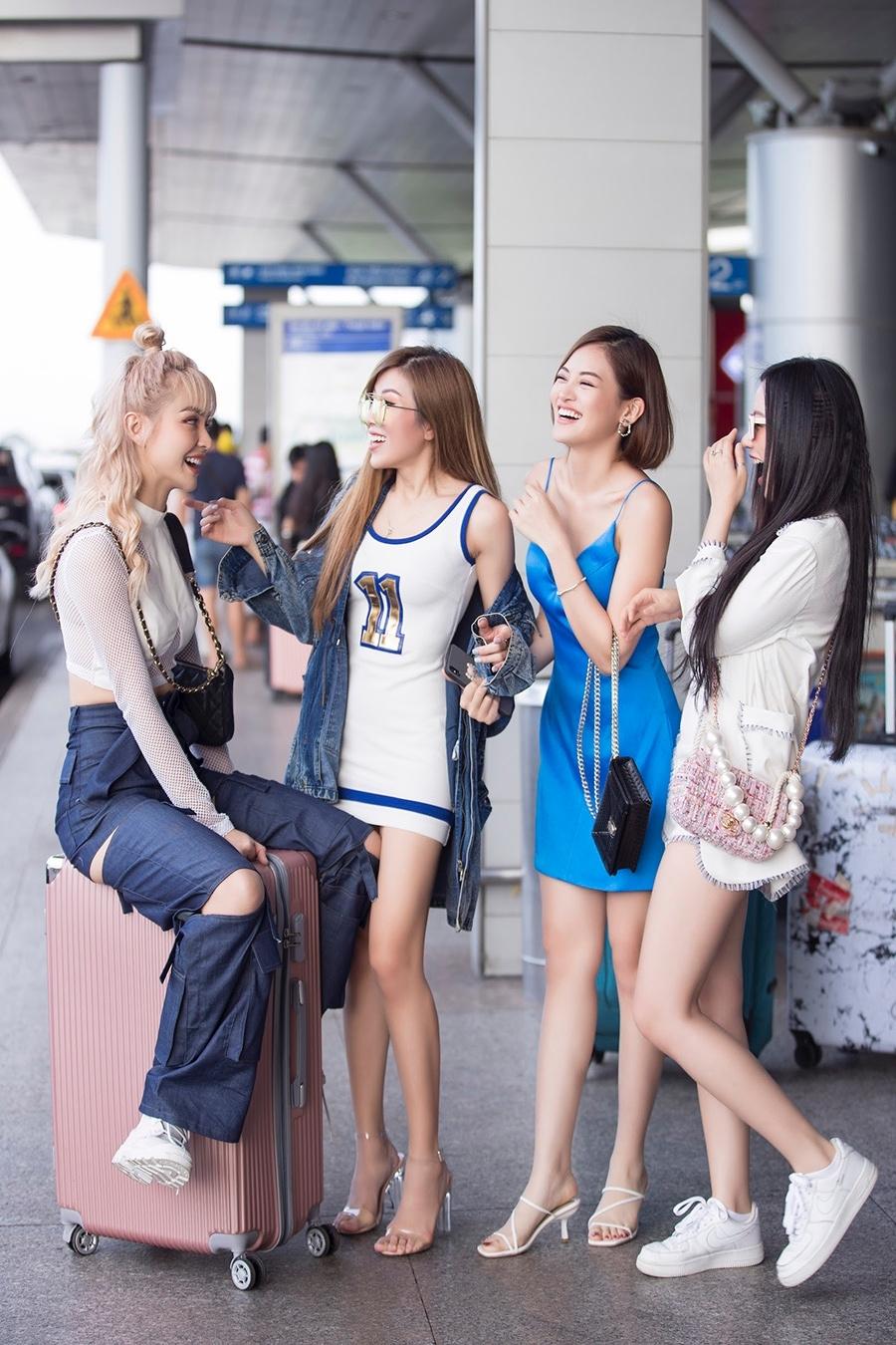 <p> Tại sân bay, bộ tứ tíu tít cười đùa thoải mái. Họ vốn là những chị em chơi thân với nhau nhiều năm qua.</p>