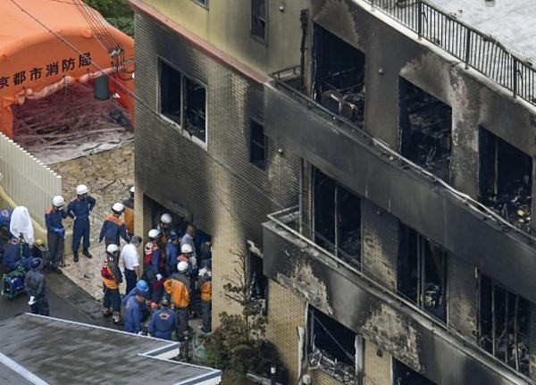 Cứu hỏa được điều tới hiện trường cứu người bị thương.
