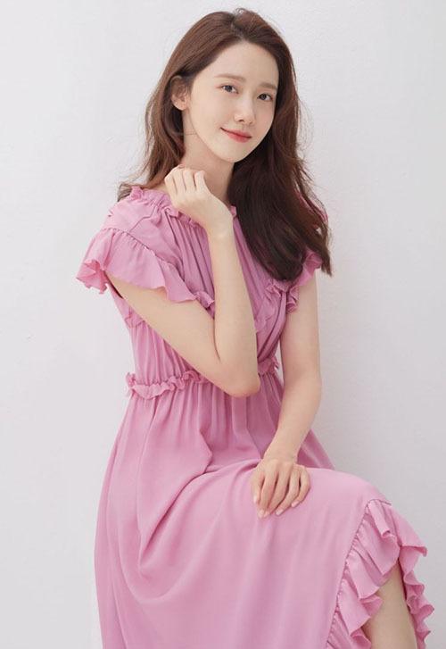 Yoona đang trong quá trình quảng bá cho bộ phim điện ảnh EXIT. Nữ ca sĩ, diễn viên còn tham gia vào nhiều show thực tế như Running Man, Knowing brother...