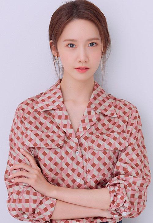 Các nhà báo để lại nhiều lời khen ngợi cho diễn xuất của Yoona trong bộ phim điện ảnh mới. Thành viên SNSD đang thoát khỏi hình ảnh thần tượng để chứng minh năng lực diễn xuất. EXIT dự kiến ra rạp vào 07/2019.