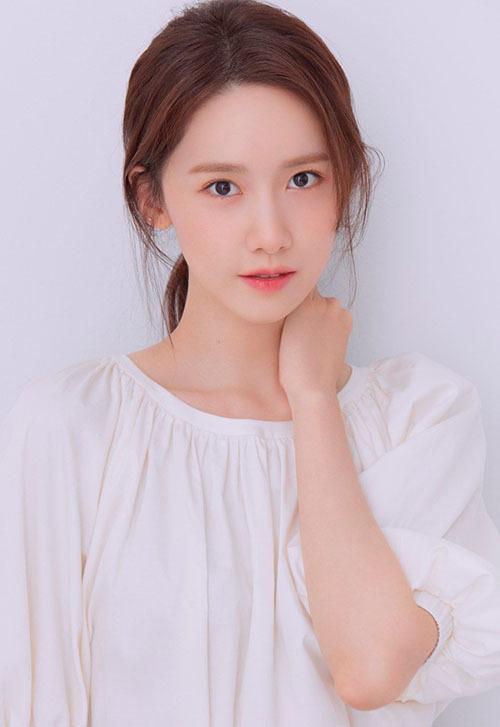 Có một netizen bình luận: Bây giờ mà Yoona ra mắt với tư cách tân binh còn được đó. Quả thật, nữ idol trẻ đến mức có thể cạnh tranh được với cac thực tập sinh trong SM. Thực tế, cô nàng sinh năm 1990, đã hoạt động 12 năm trong làng giải trí.