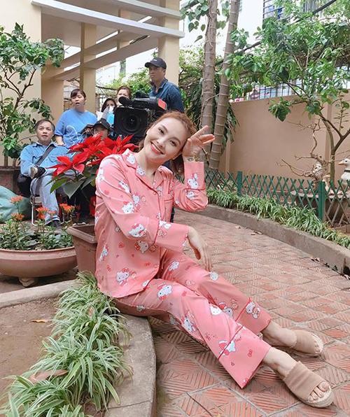 Nữ diễn viên cũng diện rất nhiều thiết kế pyjama với màu sắc tươi sáng, kiểu dáng nhí nhảnh.