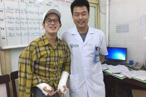 Quang Anh bó bột hai tay.