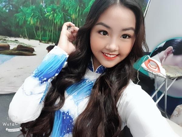 Sau 3 năm, cô bé ngày nào giờ đã xinh xắn và trưởng thành hơn. Càng lớn, Khánh An ngày càng ra dáng thiếu nữ. Gương mặt tròn, nụ cười xinh của 10x được ví von có nhiều nét hoa hậu.