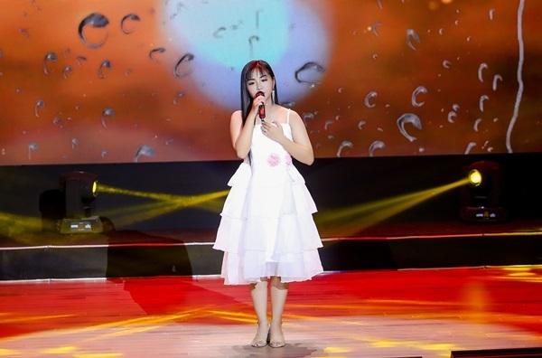 Trên sân khấu, Khánh An cũng chững chạc, tự tin hơn. Cô bé chia sẻ: Việc được đi hát, tham gia các cuộc thi lớn giúp em có nhiều cơ hội rèn dũa mình. Em không còn sợ khi đứng trước đám đông.