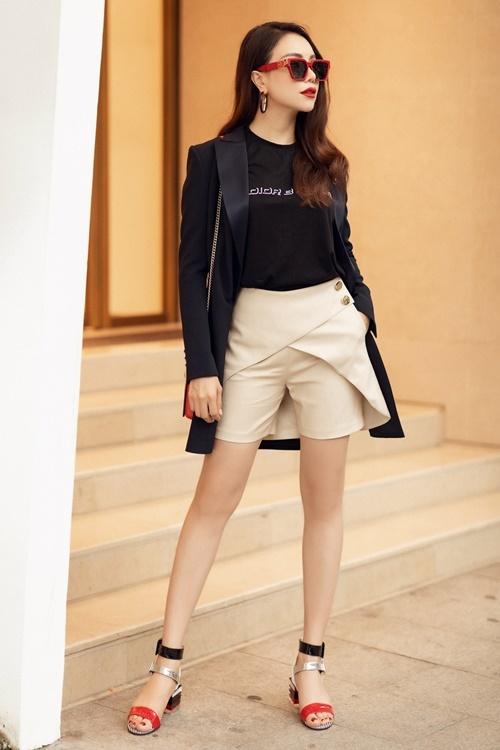 Trà Ngọc Hằng sinh năm 1990 tại Cà Mau. Cô hoạt động ở showbiz Việt với vai trò người mẫu, ca sĩ. Gần đây, cô ra mắt loạt ca khúc: Đón xuân này nhớ xuân xưa, Hạ thương...