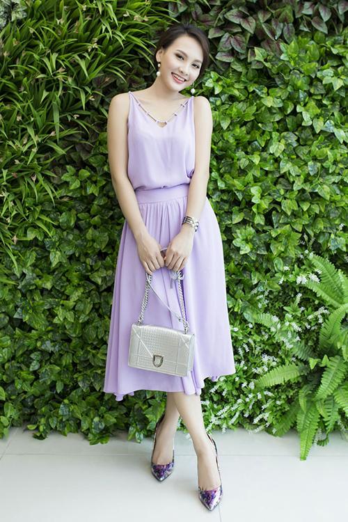 Chiếc Diorama màu bạc giá khoảng 80 triệu đồng được Bảo Thanh kết hợp cùng váy áo tiểu thư.