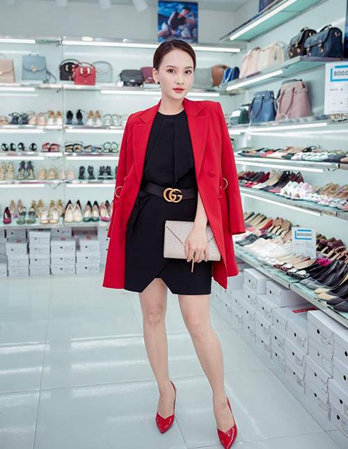 Cô còn đụng độ Quỳnh Nga mẫu thắt lưng được yêu thích bậc nhất của Gucci.