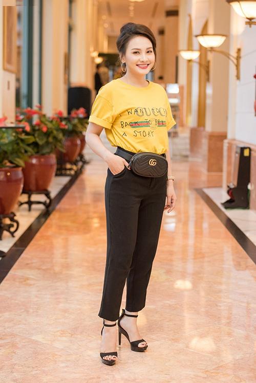 Nhiều mẫu hàng hiệu best seller của Gucci cũng được Bảo Thanh chịu chơi sắm về như áo phông giá 13 triệu đồng, túi đeo ngang hông gần 27 triệu đồng.