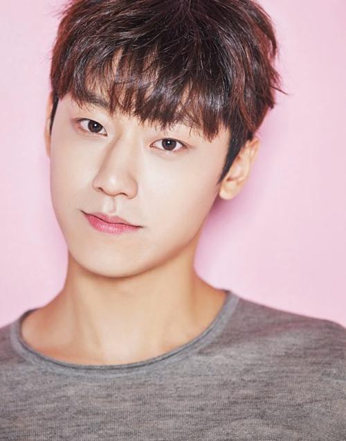 Nam diễn viên Lee Do Hyun sinh năm 1995, mới gia nhập showbiz 2 năm. Anh đầu quân cho công ty giải tríYuehua Entertainment.