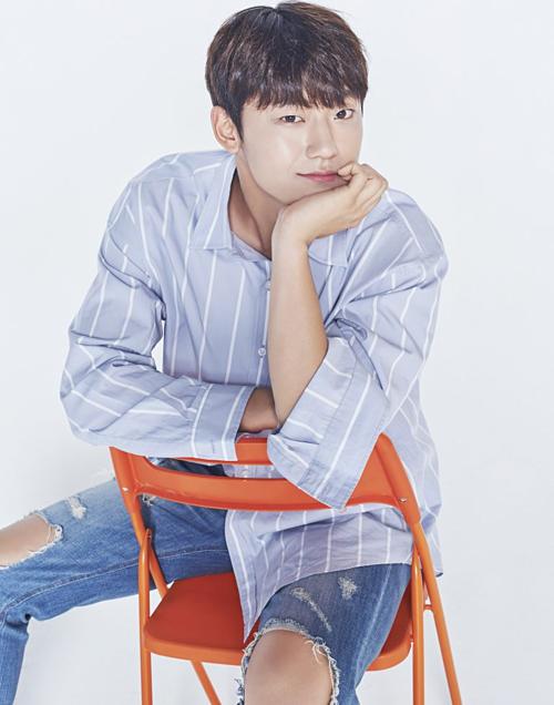 Lee Do Hyun có chiều cao 1,82 m và gương mặt hao hao giống với Park Bo Gum và nụ cười giống với Jung Hae In.