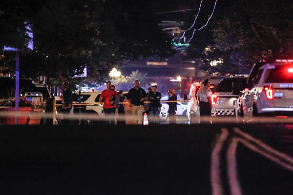 Nhà chức trách đang điều tra tại hiện trường vụ nổ súng. Ảnh: John Minchillo / AP.