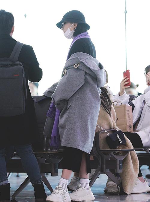 Eun Ha (GFriend) chọn đôi sneakers với logo NY - cũng là mẫu được yêu thích nhất của hãng.