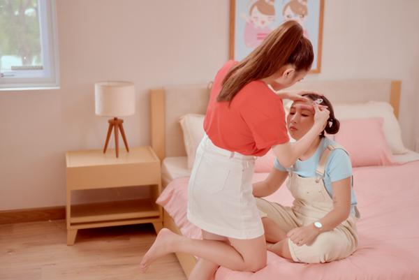 Trong bộ ảnh mới, Kaity Nguyễn thích thú khi trang điểm cho Trang Hy. Cô cảm thấy phấn khích khi được cạo lông mày cho người chị. Bình thường chị Trang hay trêu chọc, ăn hiếp Kaity nên lần này có dịp cạo lông mày để trả thù, Kaity Nguyễn vui vẻ nói.