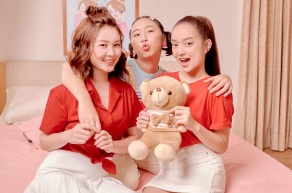 Ở buổi chụp hình, Kaity Nguyễn, Trang Hý còn thân thiết với hot girl Ribi Sachi.