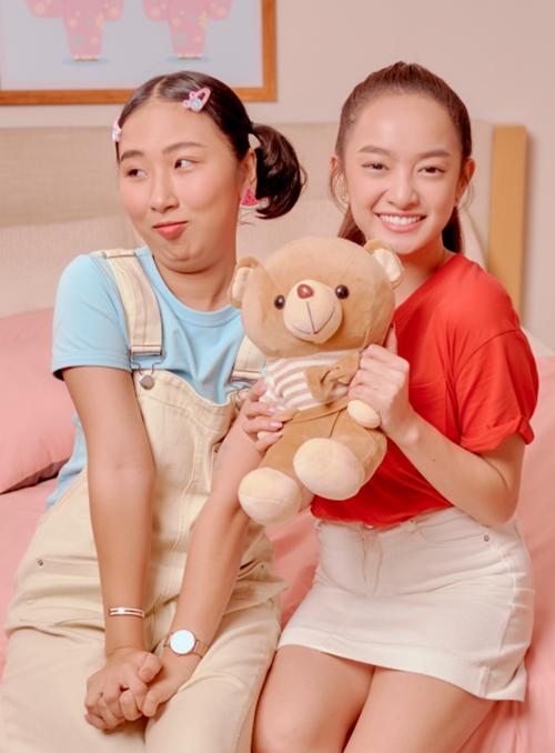Trong khi Kaity Nguyễn mang nét trưởng thành, Trang Hý lại gây hài bởi tính cách nhí nhảnh, ngổ ngáo. Nhìn hai cô nàng có vẻ trái dấu nhưng thật ra lại có nhiều điểm đồng điệu.