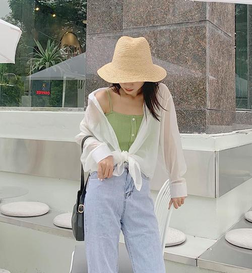 Lối mặc hững hờ này không chỉ gợi cảm, sành điệu mà còn có tác dụng kéo dài chân.
