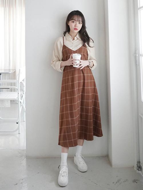 Váy và áo nên có cùng tông màu, hoặc đối lập hoàn toàn như đen - trắng, đen - hồng... Bên cạnh đó, sơ mi hơi ôm dáng kết hợp cùng váy có độ rộng vừa phải cũng sẽ giúp thân hình gọn gàng hơn.