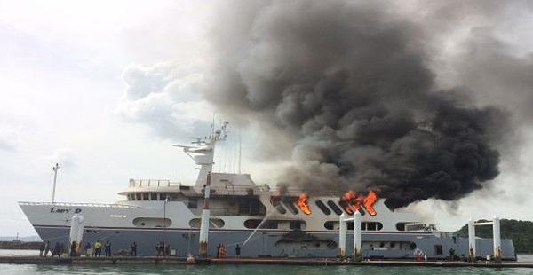 Du thuyền bốc cháy dữ dỗi phần đuôi.