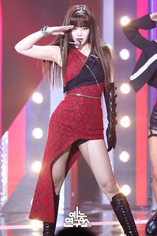 Trước đây, Jennie từng thử nghiệm kiểu tóc này trong đợt quảng bá ca khúc Kill this love, nhưng không được đánh giá cao. Việc cô nàng diện tóc dài, mái bằng cùng những bộ quần áo phức tạp khiến tổng thể nặng nề.