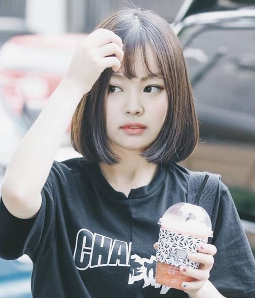 Từ trước đến nay, Jennie bị chê không hợp với để tóc mái. Những lần thử tóc mái bằng, mái thưa, cô nàng đều bị nhận xét lộ mặt kém thon, phần trán ngắn hơn không thanh thoát.