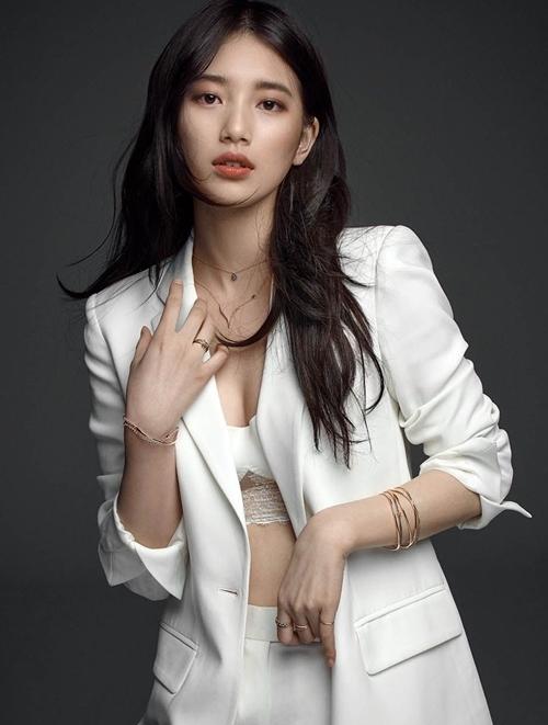 Suzy (1994) được cho là không ăn ảnh, ở video và đời thực xinh đẹp hơn nhiều. Một phóng viên của YNT miêu tả khoảnh khắc được chứng kiến vẻ đẹp Suzy ngoài đời: Tại Thế vận hội PyeongChang, tôi bị sốc khi gặp Suzy. Cô ấy như búp bê sống vậy.