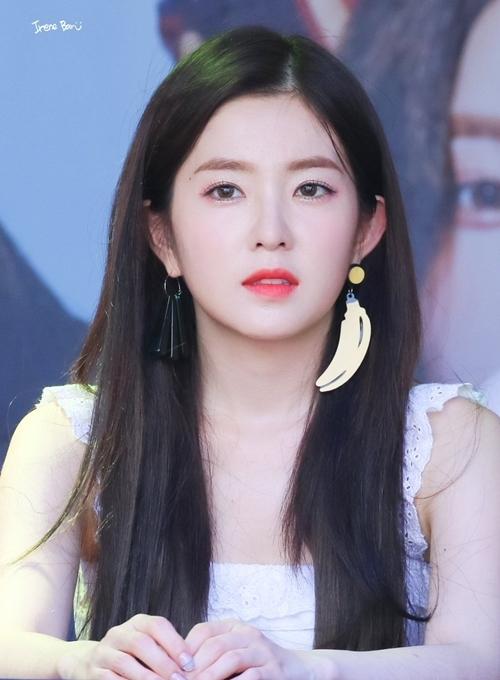 Thành viên Red Velvet nổi tiếng với visual đẳng cấp trong làng nhạc Kpop. Irene sở hữu tỷ lệ gương mặt hoàn hảo cùng làn da trắng bóc, thường xuyên khiến người đối diện đứng hình vì quá đẹp.
