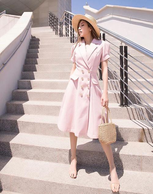 Trang Pháp như một quý cô Paris thanh lịchvới váy cổ vest, phụ kiện cói.