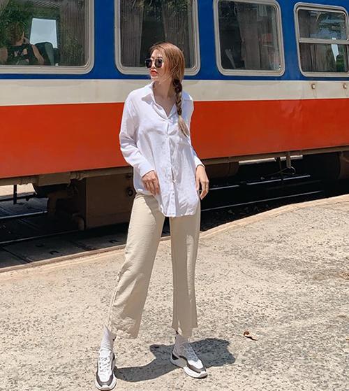 Quỳnh Châu kết hợp sơ mi trắng cùng quần suông tạo nên set đồ đơn giản nhưng vẫn thời thượng.