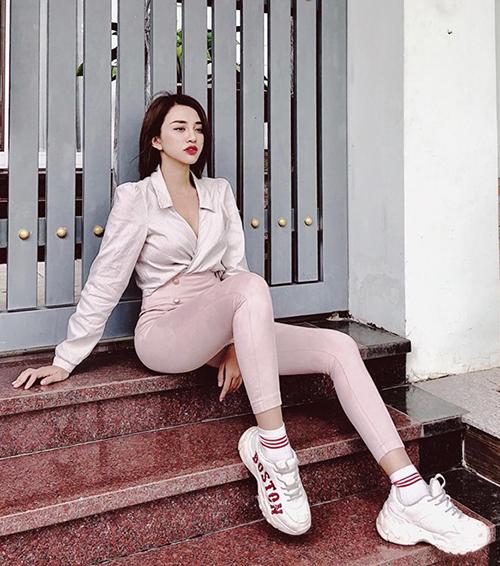 Thiên Nga cho thấy tông hồng pastel không hề bánh bèo, miễn được mix phù hợp.