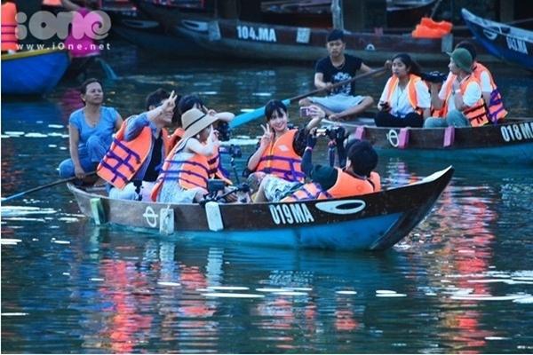 Các cô gái TWICE còn phấn khích khi chèo thuyền du ngoạn trên sông Hoài.