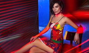 Cựu siêu mẫu Vũ Cẩm Nhung dạo phố đêm