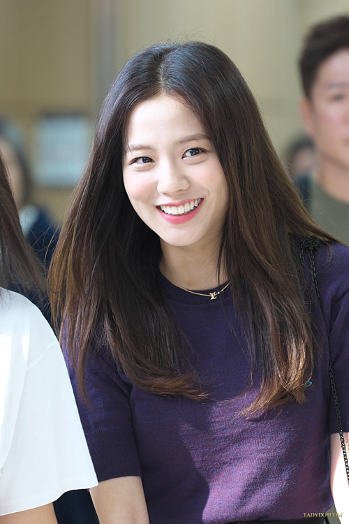 Sáng 16/8, Black Pink có mặt ở sân bay Gimpo trên đường sang Nhật Bản. Ji Soo duy trì phong độ nhan sắc, ghi điểm bởi vẻ ngoài luôn tươi tắn thân thiện.