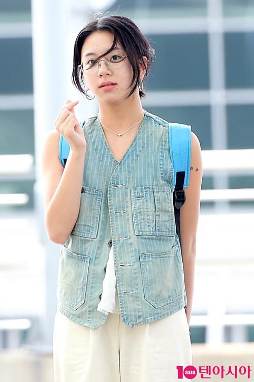 Twice - Black Pink ra sân bay: Jennie sexy, Tzuyu gây sốt với tóc mới - 9
