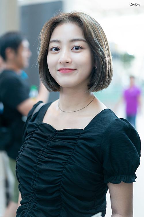 Sáng nay, Twice cũng có lịch trình ra nước ngoài. Girlgroup JYP xuất hiện tại sân bay Incheon, thu hút sự chú ý của truyền thông.
