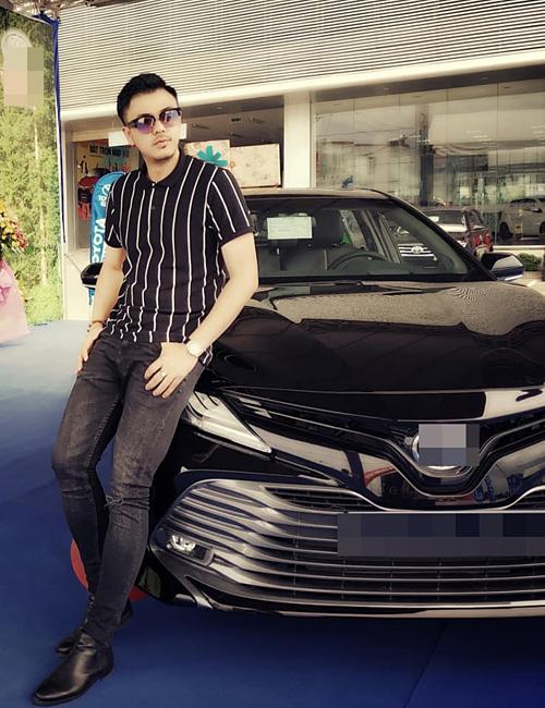 Tuấn Tú (vai Quốc)thường đi làm, dự sự kiện bằng chiếc Camry có giá gần 1 tỷ đồng.