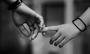 Có nên đồng ý cho người ta nắm tay?
