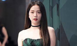 Ji Soo (Black Pink) diện váy xẻ táo bạo dự sự kiện