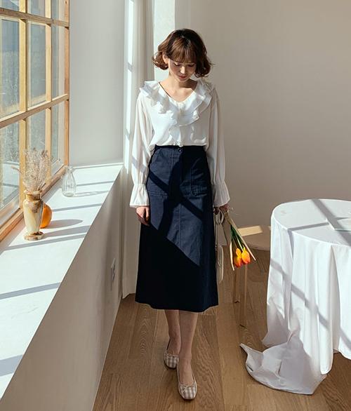 Những chiếc áo sơ mi nữ tính thường được các cô gái Hàn kết hợp cùng quần jeans, quần suông cơ bản hoặc các kiểu chân váy trơn, dáng chữ A, giúp phần thân trên được nổi bật hơn.