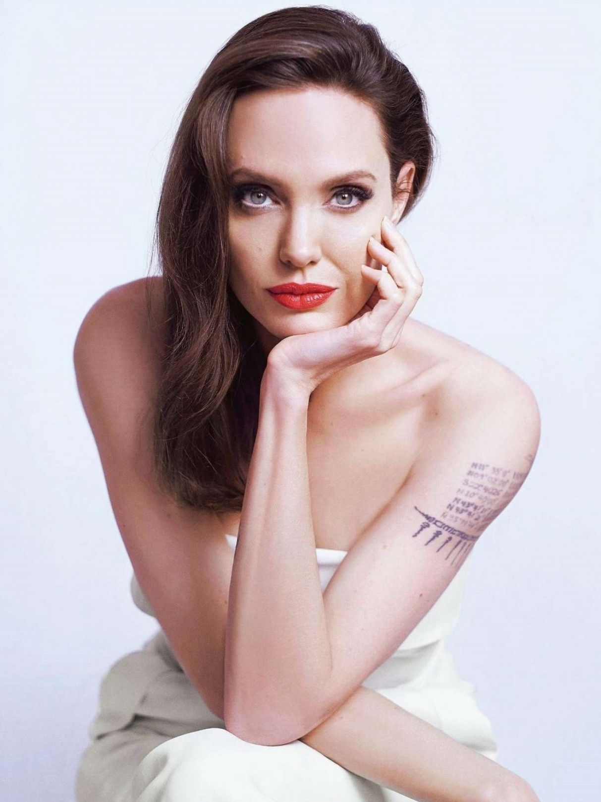 angelina-jolie-photoshoot-for-7191-6384-