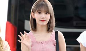 Sakura nổi bật ở sân bay dù diện đồ giá rẻ
