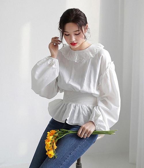 Chiếc áo viền bèo của Hoàng Yến Chibi vốn đã quá điệu đà, vì thế khi cô nàng mix với chân váy đan dây, đính khóa, tổng thể trở nên nặng nề. Với những chiếc áo có nhiều chi tiết cầu kỳ, chỉ nên kết hợp cùng quần/chân váy thật tối giản.
