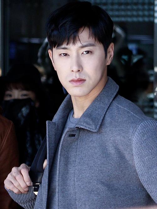 Yun Ho (TVXQ) xếp vị trí thứ hai với 38,4% bình chọn. Trong gần 15 năm sự nghiệp, nam ca sĩ chưa hề vướng scandal nhân cách. Yun Ho được xem là một hình mẫu bạn trai lý tưởng với nhiều fan girl. Anh chàng cũng nhiều lần ghi điểm bởi những cử chỉ lịch thiệp, chu đáo với các nữ đồng nghiệp.